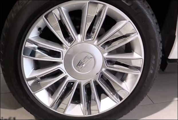 """22"""" 7-spoke premium painted wheels with chrome inserts"""